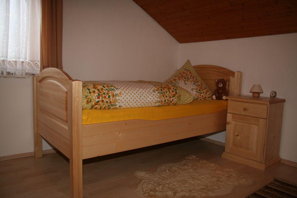 bett metallfrei in fichte massiv im landhausstil von der schreinerei loferer in sufferloh bei. Black Bedroom Furniture Sets. Home Design Ideas