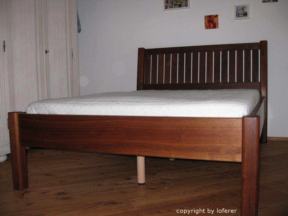 Bett in Nussbaum