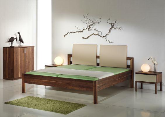 Holzschmiede betten und einrichtung von der schreinerei for Bett nussbaum