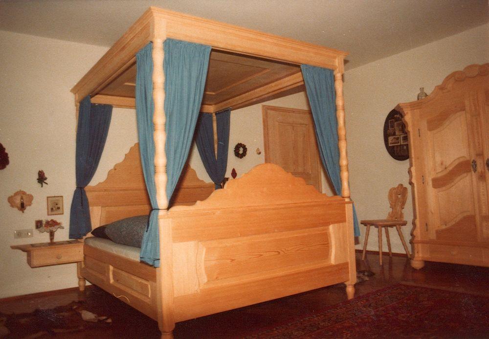 himmelbett von der schreinerei loferer aus holzkirchen in oberbayern. Black Bedroom Furniture Sets. Home Design Ideas