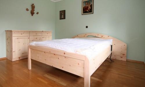Bett und Kommode
